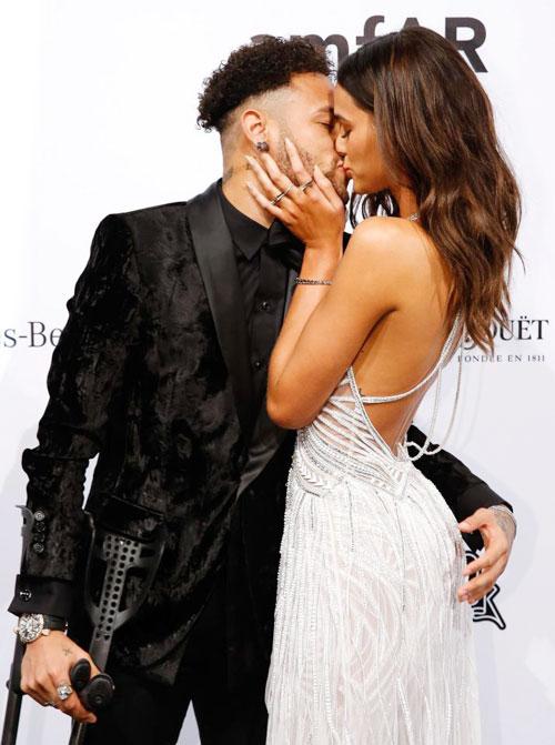 Chân sút người Brazil và bạn gái có màn khóa môi say đắm trước ống kính trong bữa tiệc từ thiện ở quê nhà.