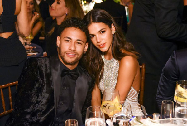Neymar và bạn gái tươi cười, ngồi sát bên nhau mỗi khi ống kính hướng tới trong bữa tiệc từ thiện.