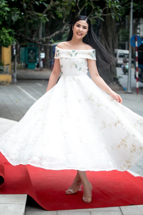 Góp mặt trong buổi tuyển chọn người mẫu nhí cho chương trình thời trang mới, Ngọc Hân chọn váy trễ vai hợp mốt mùa hè để chưng diện.