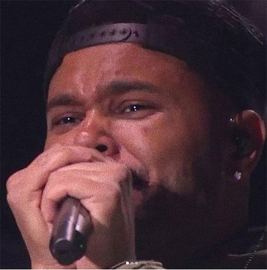 Khoảnh khắc nghẹn ngào của The Weeknd trên sân khấu.