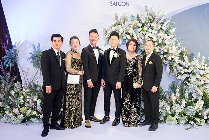 John Huy Trần và Nhiệm Huỳnh làm đám cưới tại TP HCM, tối 15/4. Bố mẹ của cặp đôi cũng có mặt để chúc mừng các con trai.