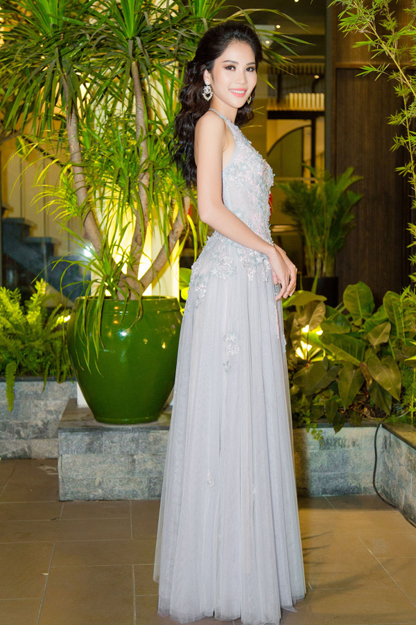 Chị song sinh của Hoa khôi Nam Em khoe nhan sắc xinh tươi, gợi cảm khi diệntrang phục cổ yếm của nhà thiết kế Minh Tuấn Nguyễn.