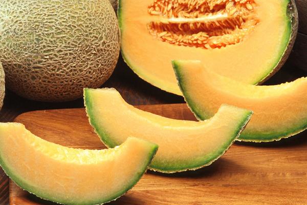 Hàm lượng vitamin C trong 100 g dưa vàng là 36,7 mg. Dưa vàng còncung cấp nhiều chất dinh dưỡng cần thiết cho cơ thể như vitamin C, vitamin B, carotene, sắt, canxi, kali, natri, magie...