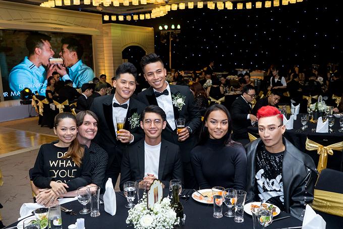 Biên đạo Quang Đăng (áo trắng), người mẫu Mai Ngô (giữa) và ca sĩ Adam (tóc đỏ) đều là những học trò của John Huy Trần.