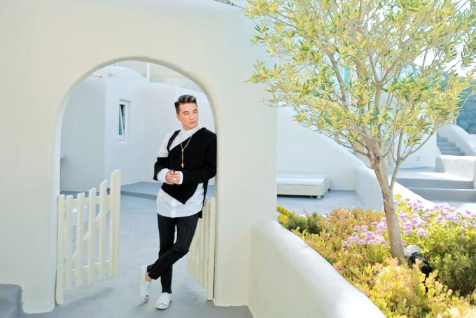 Mr. Đàm khám phá từng ngõ ngách Santorini để chụp ảnh bìa album mới - 9