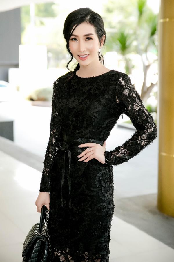 Hoa hậu Đặng Thanh Mai lần đầu bế con gái cưng dự sự kiện