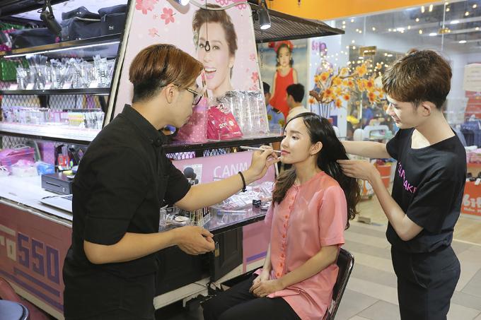 Bên cạnh những chiếc xe lam độc đáo, các gian hàng trưng bày bắt mắt, giúp người mua sắm dễ dàng lựa chọn các món đồ ưng ý và hào hứng khi thăm thú.