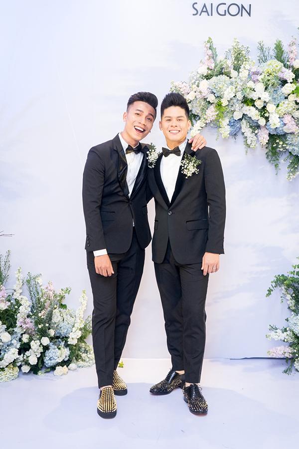 Nhiệm Huỳnh (trái) và John Huy Trần mặc vest giống nhau, gương mặt rạng ngời hạnh phúc.