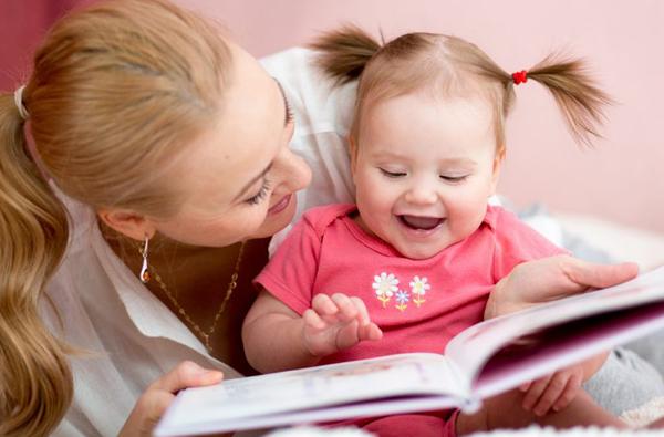 Kể chuyện cho trẻ nghe càng sớm có thể giúp cả vùng ngôn ngữ và trí tưởng tượng của trẻ phát triển. Ảnh: