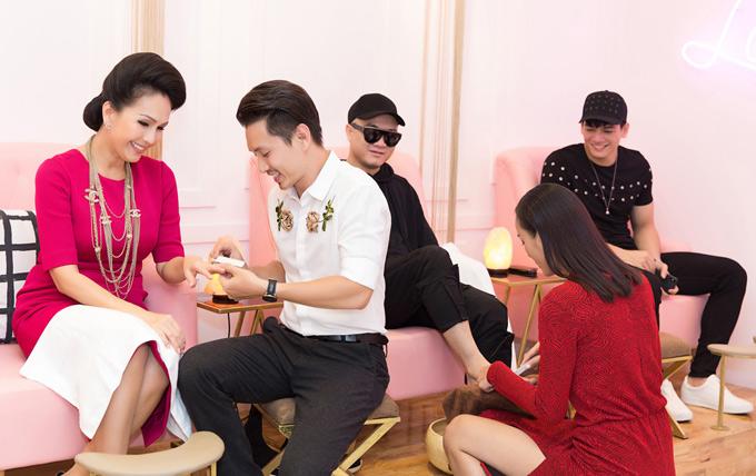 Chồng Lê Thúy cũng trổ tài chăm sóc móng cho Diễm My. Lê Thúy tâm sự, nghề người mẫu có tuổi thọ ngắn nên cô muốn chuẩn bị cho tương lai phía trước. Bản thân chân dài quê Quảng Bình cũng muốn thử thách mình qua các công việc khác nhau.