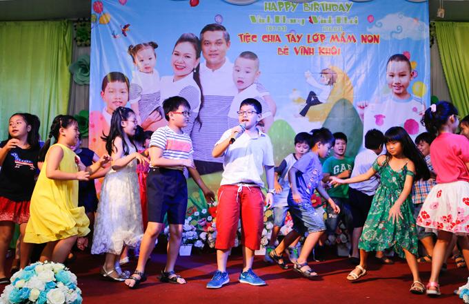 Bé Vĩnh Khang cũng lên sân khấu thể hiện loạt ca khúc thiếu nhi.