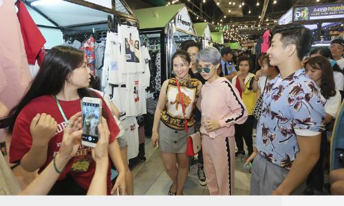 Vũ Cát Tường cùng fan khuấy động khu mua sắm Lamzone