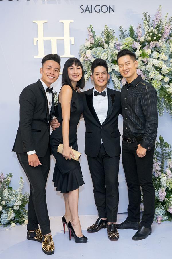 Dự tiệc cưới có một số nghệ sĩ như diễn viên Kathy Uyên và ca sĩ Đức Tuấn.