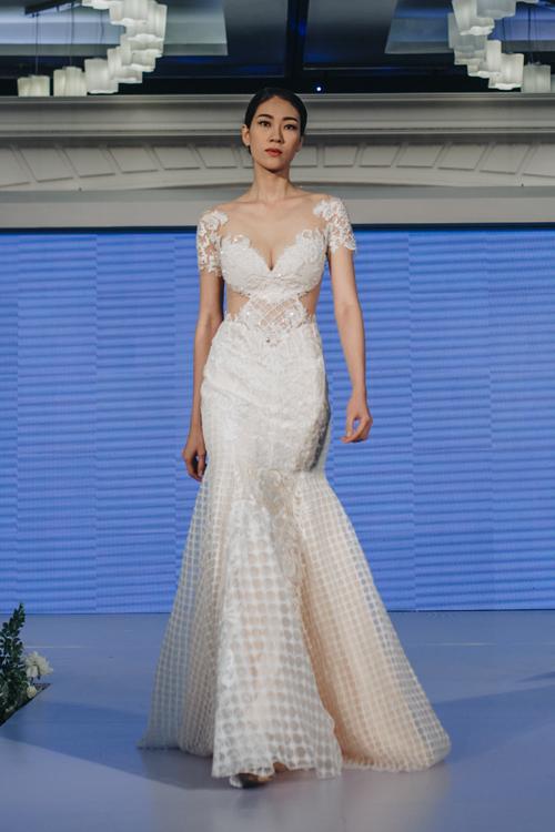 Cô dâu tự tin về vóc dáng có thể chọn kiểu váy dáng trumpet với phần cổ cúp khối trái tim, mở rộng sang hai vai. Nhà thiết kế sử dụng vải caro cho phần chân váy, tạo điểm nhấn cá tính, năng động cho cô dâu.