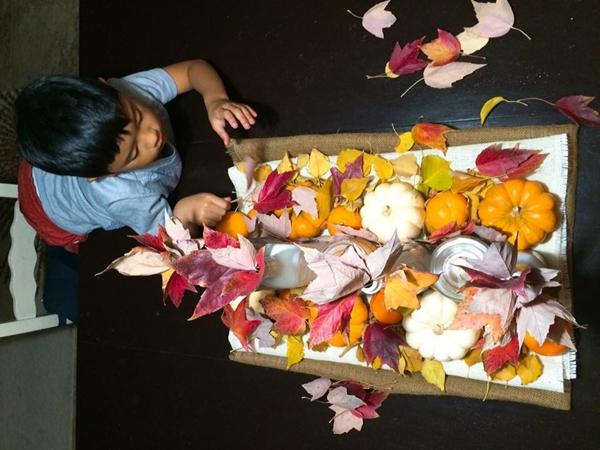 Con trai chịJacqueline không thích ăn rau củ nhưng mê tít những trái cây trong vườn của mẹ. Cậu bé 7 tuổi hay nói: Nếu không tưới nước, cây sẽ khát, sẽ buồn và không nở hoa. Hoa nở mới mang lại niềm vui cho mọi người.Amani có sở thích đếm những cánh hoa trên bông hoa, hoặc số bông hoa trên cành. Cậu bé thuộc tên tất cả loài hoa trong vườn, thường không nỡ giết chết những con ốc sên mà chỉ bắt chúng rồi mang đổ.