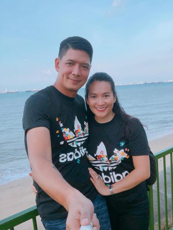 Khi đi nghỉ dưỡng, vợ chồng Bình Minh mặc áo đôi và tình tứ chụp hình ở mọi lúc, mọi nơi.