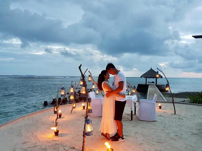 Trên trang cá nhân, bà xã Bình Minh chia sẻ một số hình ảnh ngọt ngào của vợ chồng cô tại thiên đường Maldives trong dịp kỷ niệm 10 năm hôn nhân (15/4/2008 - 15/4/2018). Cặp đôi say đắm ôm ấp và trao nhau ánh nhìn say đắm giữa khung cảnh lãng mạn vào lúc chạng vạng trên bờ biển.