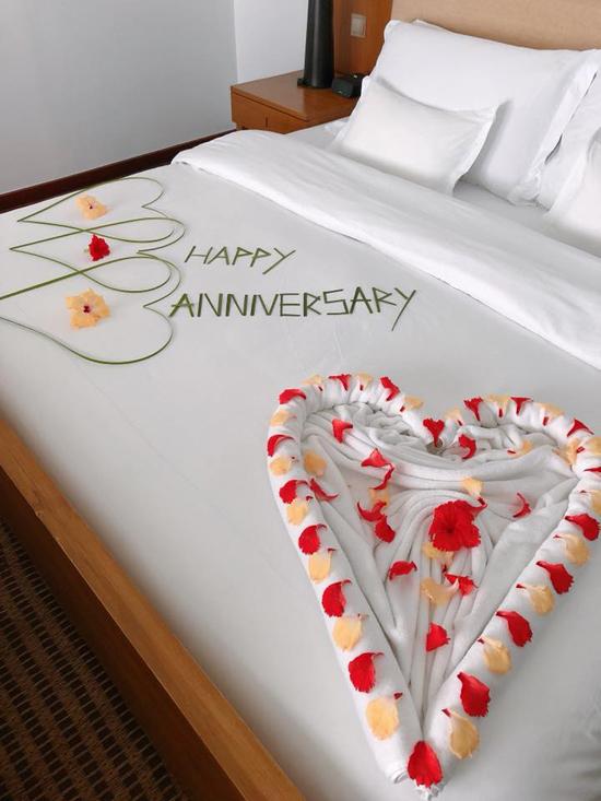 Cặp đôi còn khoe chiếc giường được nhân viên resort trang trí để chúc mừng 10 năm ngày cưới.