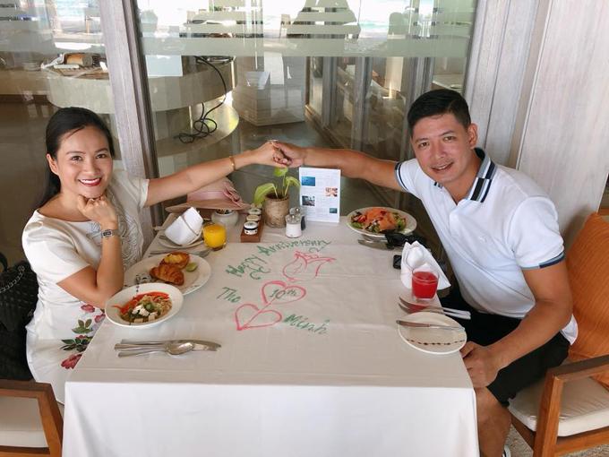 Khi đi ăn sáng, cặp đôi cũng được nhân viên ghi lời chúc trên bàn.