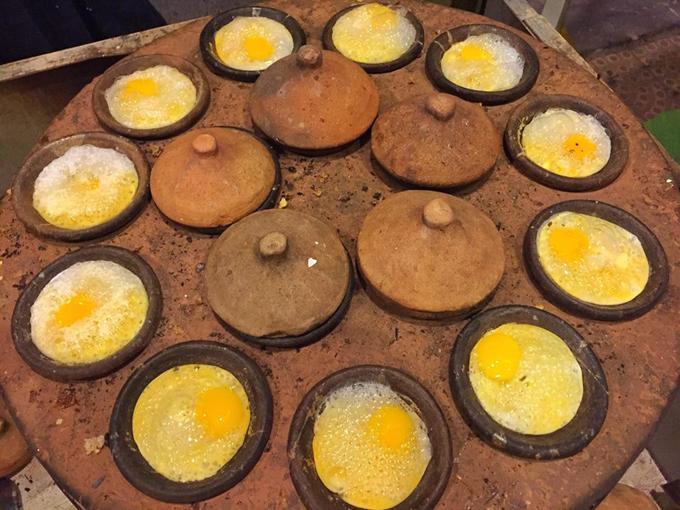 Làm bánh căn thường phải có khuôn đúc đặc biệt, khuôn thường làm bằng đất nung với nhiều lỗ nhỏ. Sau khi đổ bột bánh vào khuôn, người ta sẽ quét thêm mỡ hành lên trên hoặc đổ trứng, thêm tôm hoặc thịt... Bánh căn thường ăn với rau sống, xoài xanh bào, dưa chuột bào và nước chấm chua ngọt với tỏi ớt.