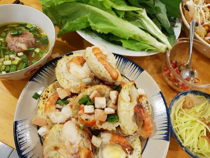 Bánh căn là đặc sản nói chung của vùng Nam Trung Bộ như các tỉnh Khánh Hòa, Ninh Thuận, Bình Thuận và cả thành phố Đà Lạt.Món ăn này gần giống với món bánh khọt ở miền Nam nhưng cách làm lại không giống, bởi bánh khọt sử dụngdầu mỡ nhưng bánh căn thì lại được nướng trong khuôn.