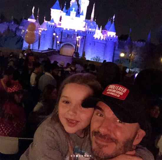 Becks đội mũ tai chuột đọ độ xì tin với công chúa cưng - 11