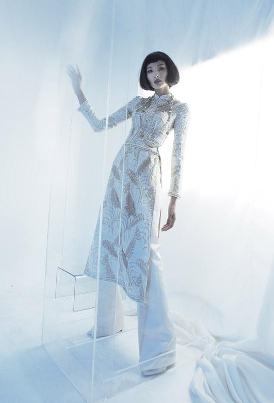 Nhà thiết kế mạnh dạn mang tới diện mạo mới cho trang phục truyền thống để áo dài có thể mặc ở nhiều mùa và thậm chí thay thế những bộ váy tiệc tùng xa hoa.