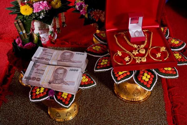 Tiền vàng, xe sang được trưng bày ở đám cưới sẽ chỉ do nhân viên của Romantiese sắp xếp, quản lý. Ảnh minh họa: O.C