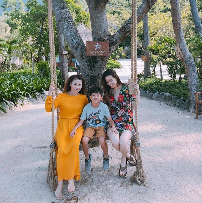 Hồ Ngọc Hà cùng mẹ và con trai ngồi xích đu gỗ trong khu nghỉ ở Nha Trang.