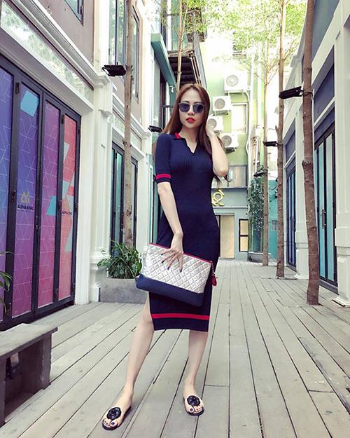 Đàm Thu Trang trung thành với style thời gian giản dị, kín đáo. Trong bức ảnh mới nhất, cô diện chiếc đầm ôm dài cùng phụ kiện là chiếc clutch cầm tay nổi bật.