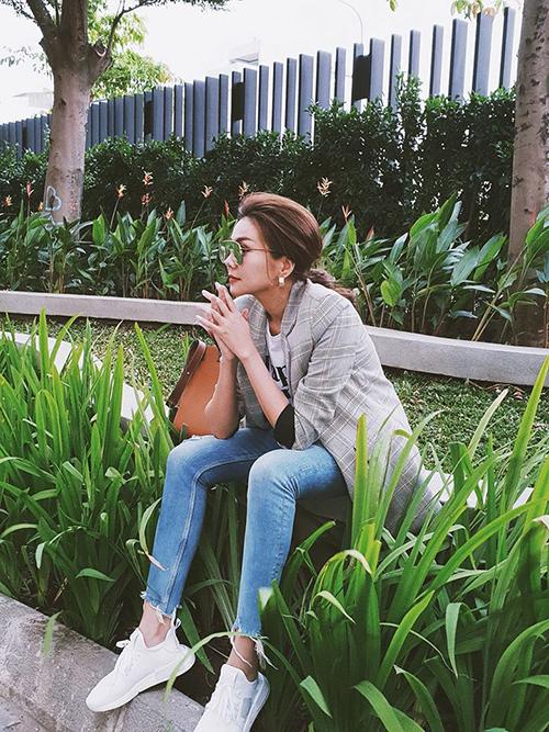 Thanh Hằng ngồi ở hàng rào cũng đủ độ phong trần, cool ngầu.
