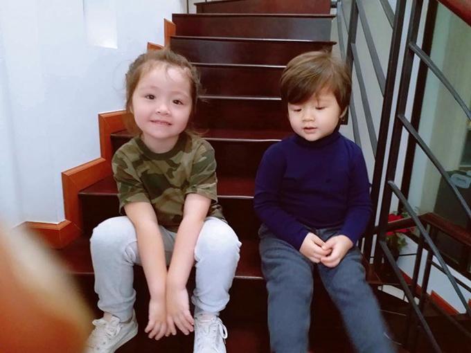 Hai chị em Cadie và Túc Mạch nhà Elly Trần ngồi ngoan chờ tới giờ cơm.