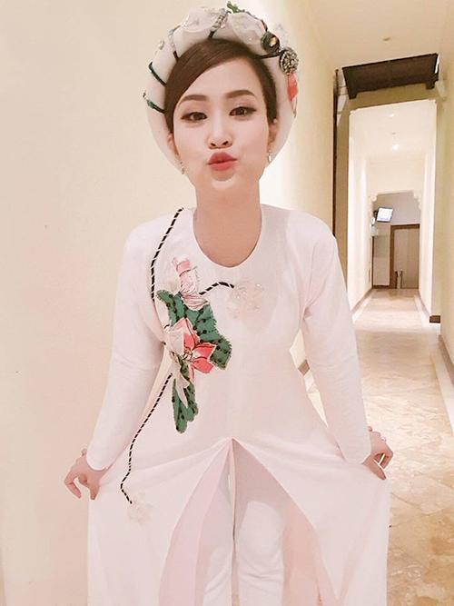 Đông Nhi mặc áo dài đội mấn nhưng không quên tạo dáng cute.