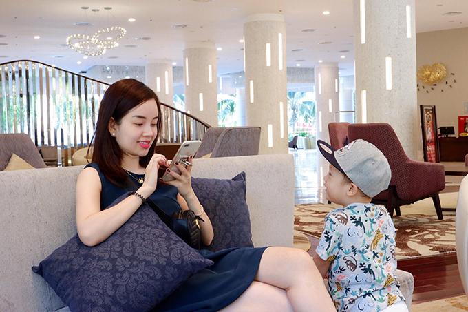 Hôm 15/4, Khánh Ly khoe với bạn bè và các fan loạt ảnh vui chơi cùng con trai Khoai Tây trong kỳnghỉ tại Nha Trang, Khánh Hòa. Đây là chuyến đi kỷ niệm sinh nhật lần thứ hai của cậu nhóc.