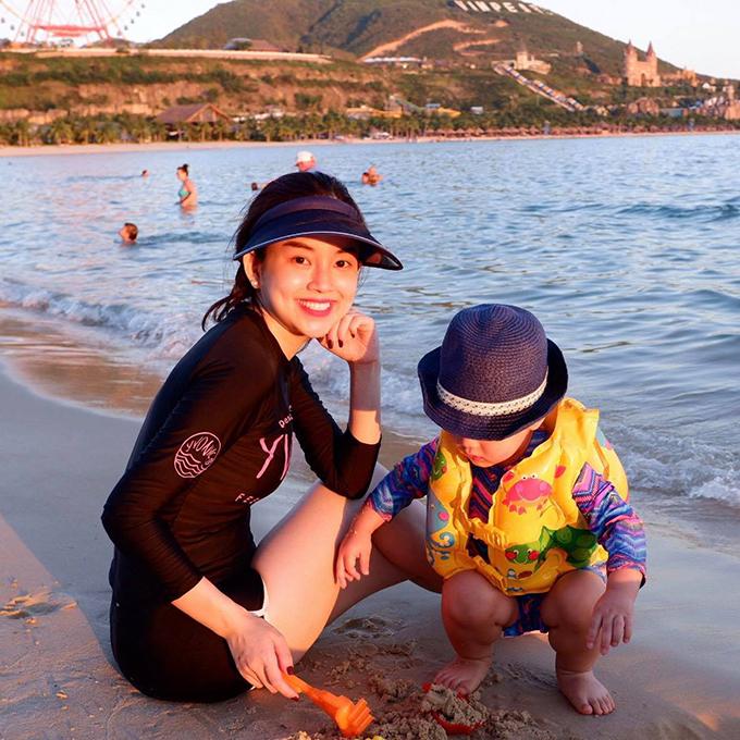 Dù bận rộn với công việc kinh doanh, Khánh Ly vẫn thường xuyên đưa con đi chơi vào những ngày cuối tuần và cho con đi du lịch những dịp đặc biệt.