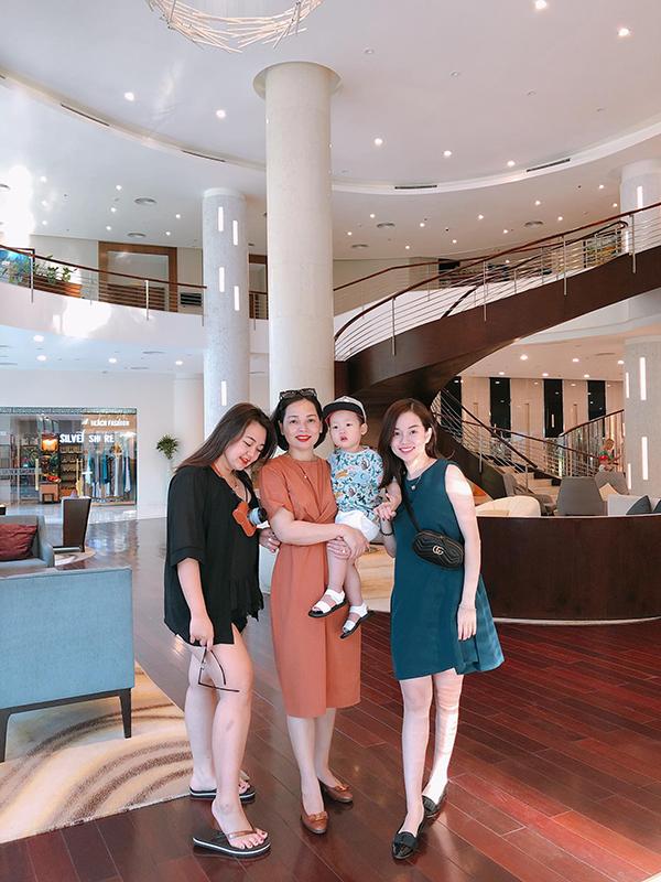 Bố mẹ và em gái của Khánh Ly cũng đi cùng trong kỳ nghỉ này.