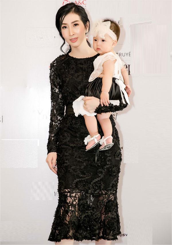 Hoa hậu Đặng Thanh Mai lần đầu bế con gái cưng dự sự kiện - 1