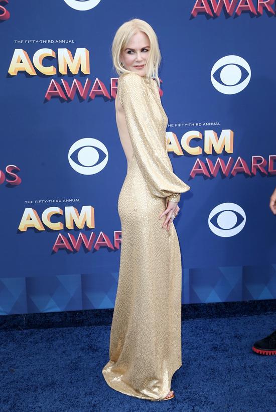 Minh tinh Australia diện bộ đầm ánh vàng kín trước hở sau của thương hiệu Michael Kors.