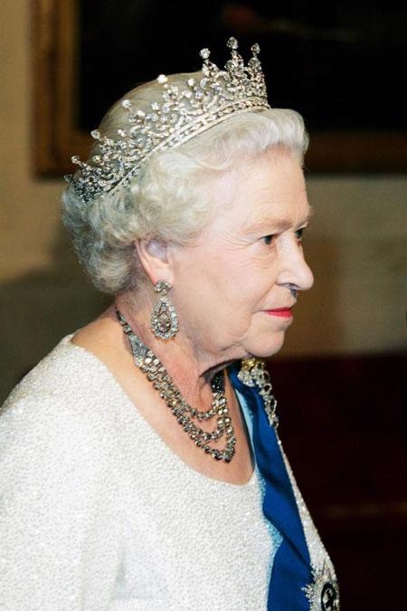 Sau 18h, phụ nữ hoàng tộc sẽ không cần đội mũ mà có thể thay bằng vương miện.