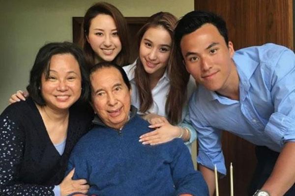 Hà Hồng Sân bên vợ thứ tư và các con.