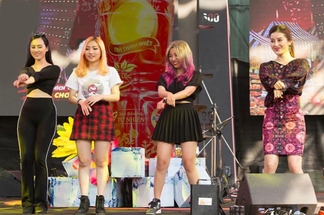 Á hậu Huyền My hào hứng nhảy Gangnam style tại sự kiện cùng ca sĩ Orange  tác giả của bản hit Người lạ ơi, mặc dù cô đang bị phạt vì thua cuộc trong phần thử thách với đội bạn. Người đẹp tỏ ra vô cùng duyên dáng và đáng yêu trong điệu nhảy này.