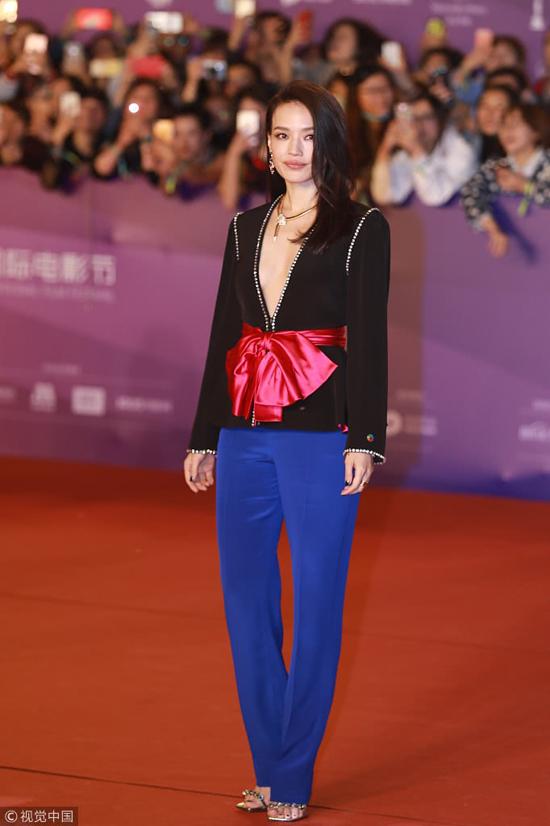 Thư Kỳ góp mặt tại Liên hoan phim Bắc Kinh hôm 15/4 với bộ trang phục màu sắc của Gucci, phần cổ áo khoét sâu để lộ vòng một gợi cảm quên tuổi của mỹ nhân gốc Đài Loan. Năm nay, Thư Kỳ đến Liên hoan phim với vai trò thành viên Ban giám khảo.