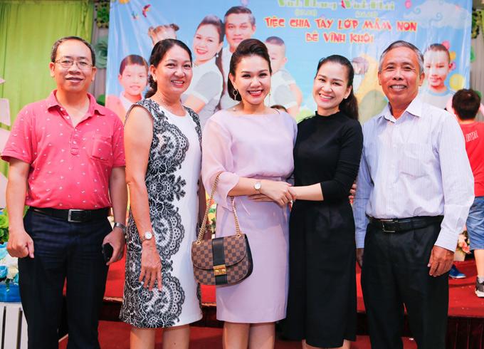 MC Ngọc Hương (váy đen) rất thân thiết với gia đình Xuân Hiếu.