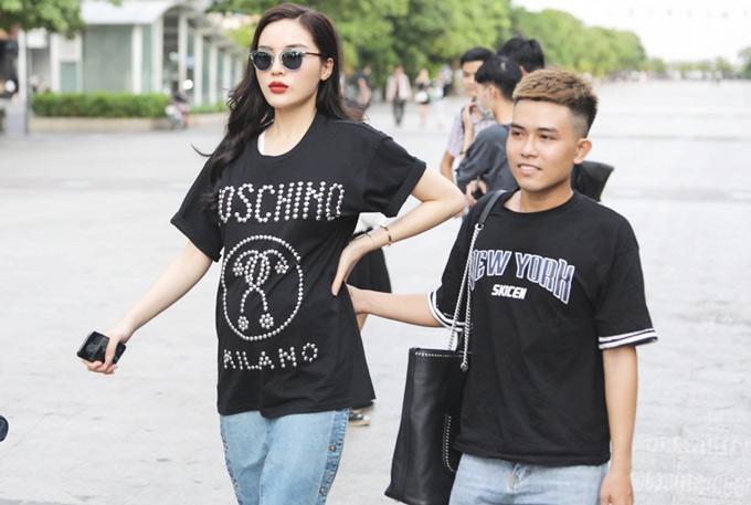 Chiều 16/4, Hoa hậu Kỳ Duyên tham dự buổi ghi hình trên phố đi bộ Nguyễn Huệ TP HCM. Trông người đẹp ra dáng một bà bầu với vòng hai lùm lùm.