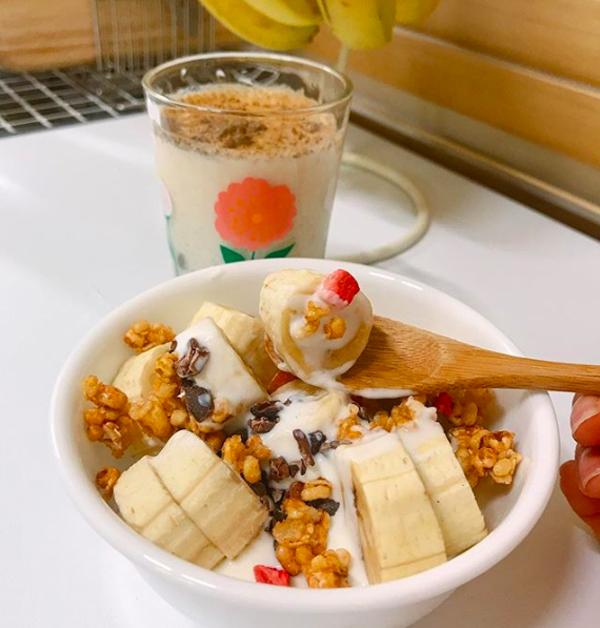 Sữa chua ăn kèm với trái cây và ngũ cốc là món khoái khẩu của Cloe. Nhờ thực đơn