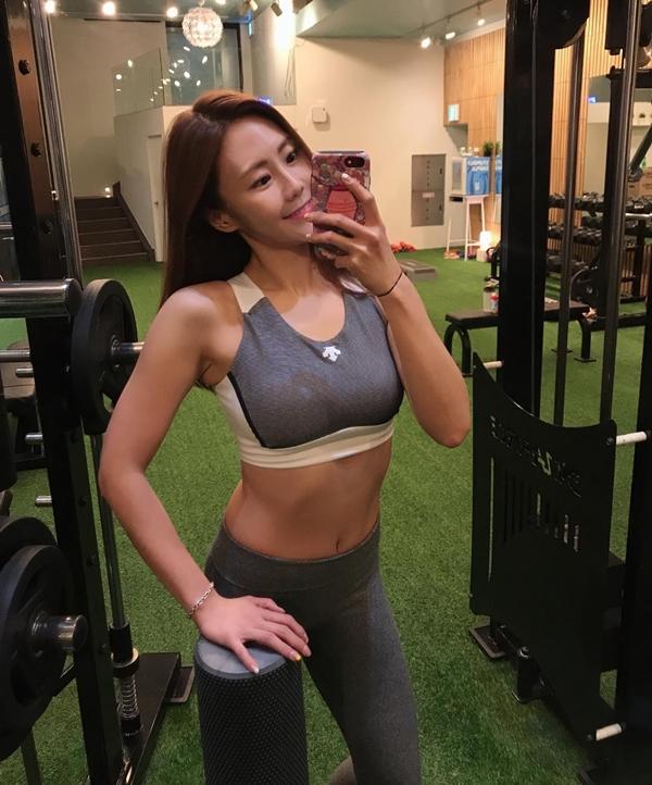 Cloe tìm đến phòng gym và bắt đầu tập luyện dưới sự hướng dẫn của huấn luyện viên riêng.