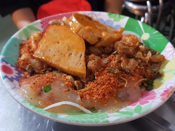 Tiệm bánh bèo Huế nhà làm bình dân ở Sài Gòn