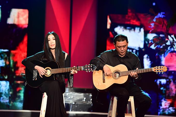 Ca sĩ Quỳnh Lan hát Thương một người trong chương trình Thay lời muốn nói của Đài truyền hình TP HCM tối 9/4 vừa qua.