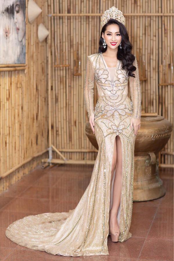 Người đẹp Quỳnh Thy khoe vẻ sang trọng và quyến rũ với váy ánh kim trang trí họa tiết cầu kỳ.