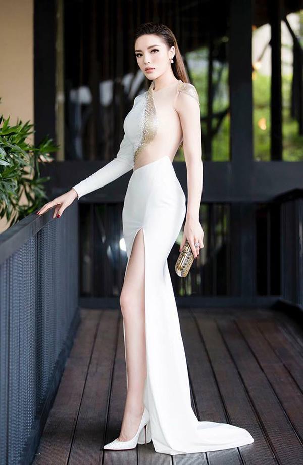 Đầu mùa hè, mỹ nhân Việt mê váy xẻ cao bất tận - 3